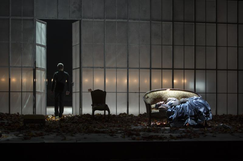 BWW Review: LA TRAVIATA at Comic Opera Of Berlin - Attractive Cast Flounders in an Idiotic Production of Verdi's Tragic Love Story