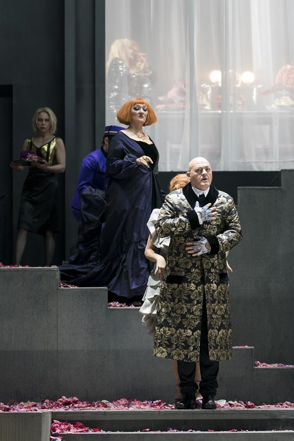 Michaela Schuster (Herodias), John Daszak (Herodes), Tatiana Kuryatnikova (Page der H Photo