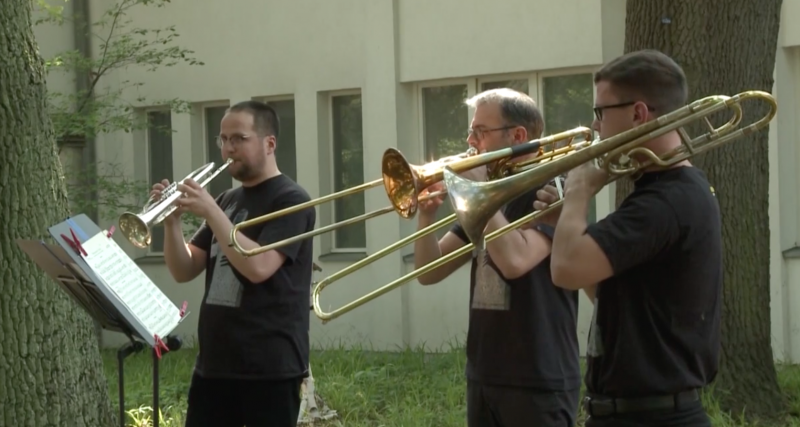 VIDEO: Deutsche Oper Musicians Perform at Nursing Homes