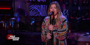 VIDEO: Kelly Clarkson Covers 'Hard Place'