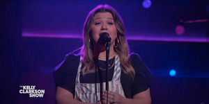 VIDEO: Kelly Clarkson Covers 'Can't Take My Eyes Off You'