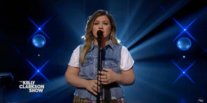 VIDEO: Kelly Clarkson Covers 'Lonely'