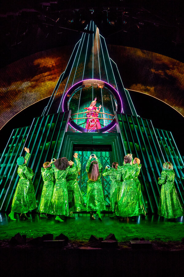 Photos: Get A First Look At The New Non-Replica Production of WICKED in Hamburg