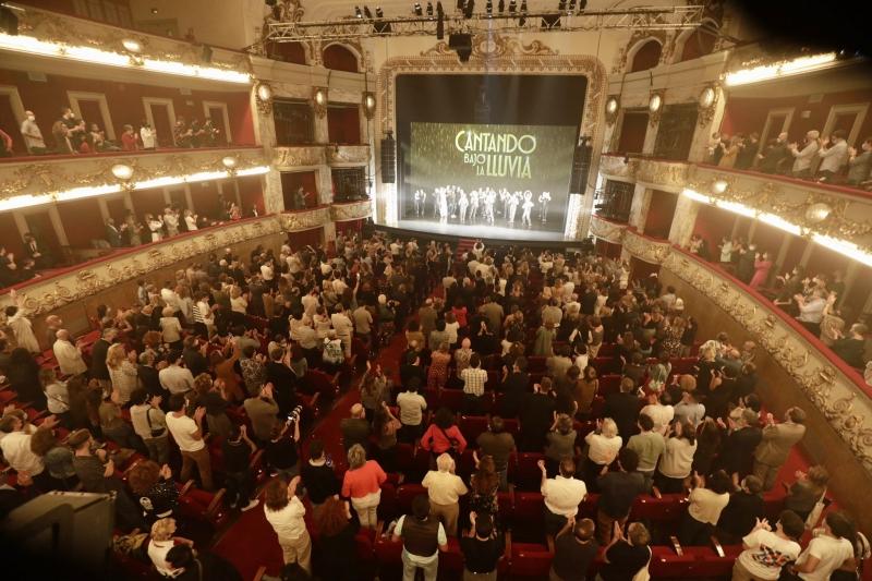 PHOTO FLASH: CANTANDO BAJO LA LLUVIA deslumbra en su estreno