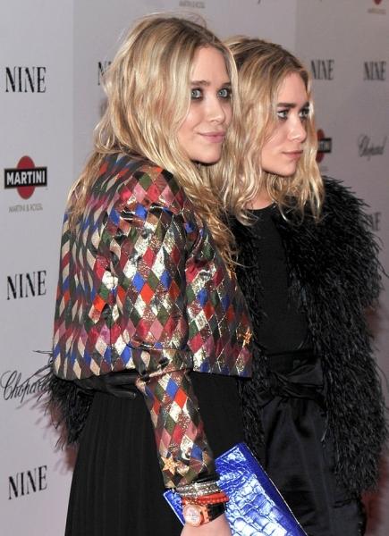 Mary-Kate Olsen (L) and Ashley Olsen