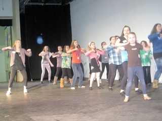 Bailey Hanks teaches children at LEGALLY BLONDE Workshop Photo