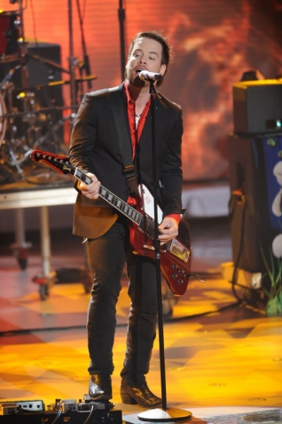 David Cook at AMERICAN IDOL's Top 11; David Cook & Ke$ha Perform!