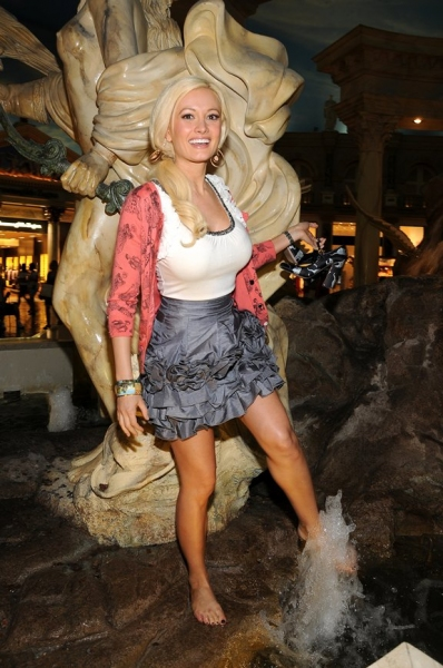 Photo Coverage Holly Madison Sells Tix To Peepshow For