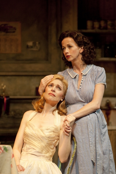 Gretchen Egolf (Blanche DuBois) and Stacia Rice