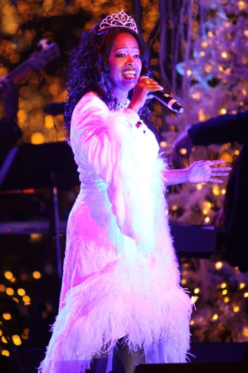 Photo Coverage: Christamas Tree Lighting Celebration with DWTS' Mark Ballas, Peabo Bryson, Warren, et al.