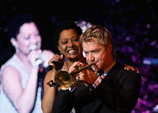 Lisa Fischer (L) and Grammy award winning performer Chris Botti