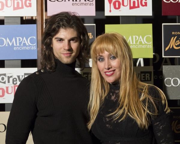 Sergio Arce y Geraldine Larrosa at Estreno de Forever Young