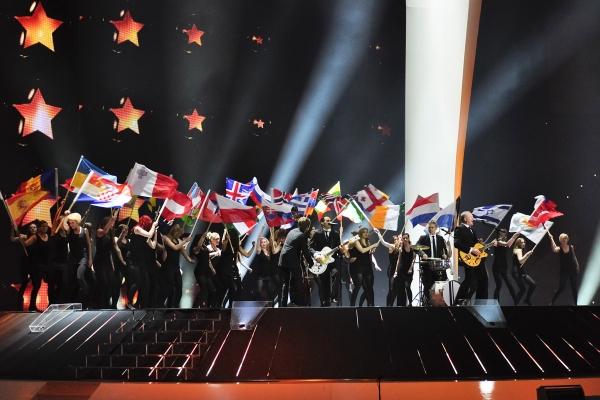 Lena and Stefan Raab perform the 2010 winner song \'Satellite\'