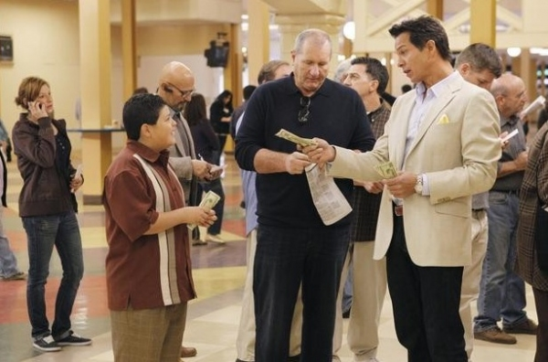 Photo Flash: Benjamin Bratt Guest Stars on ABC's MODERN FAMILY, 1/4