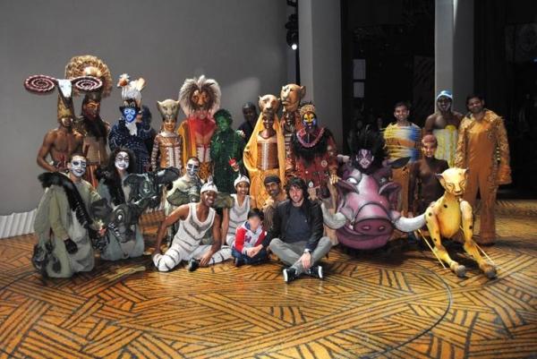 Esteban Granero junto al elenco de 'El Rey León'