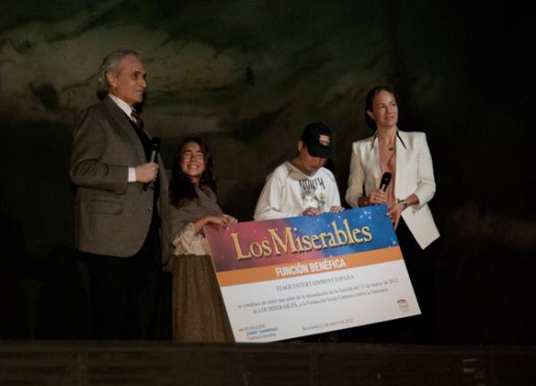 Josep Carreras sostiene el cheque que hizo entrega Julia Gomez Cora