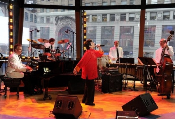 Photo Flash: Liza Minnelli Performs 'New York New York' on GOOD AFTERNOON AMERICA